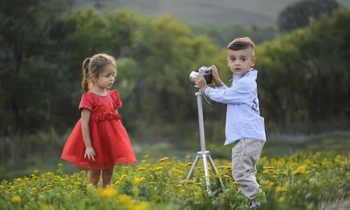 写真を撮る子供の風景