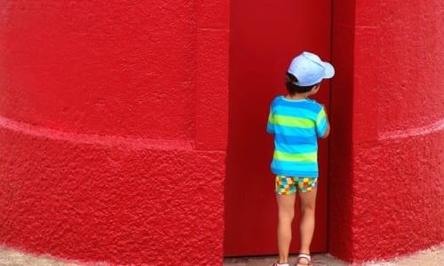こっそり隠れている子供