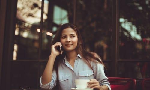 訪問の電話をしている女性