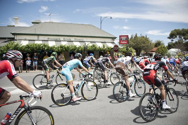たくさんの自転車ロードレーサーが走る