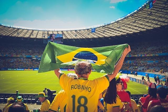 スタジアムで旗を掲げる観客