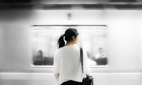 地下鉄を待つ女性