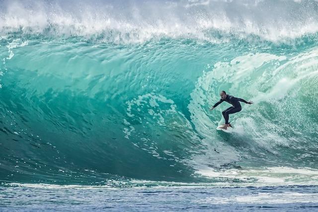 大きな波に乗るサーファー