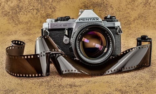 フィルムを使う古い一眼レフカメラ