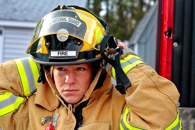 防火服を着込んでいる消防士の女性