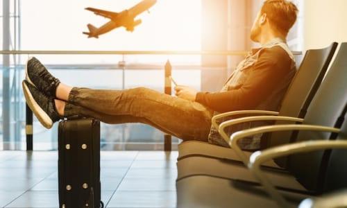空港で飛行機を見送る男性