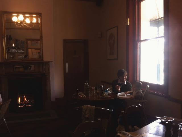 オーストラリア、暖炉の前で食事