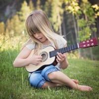 ギターをひく少女