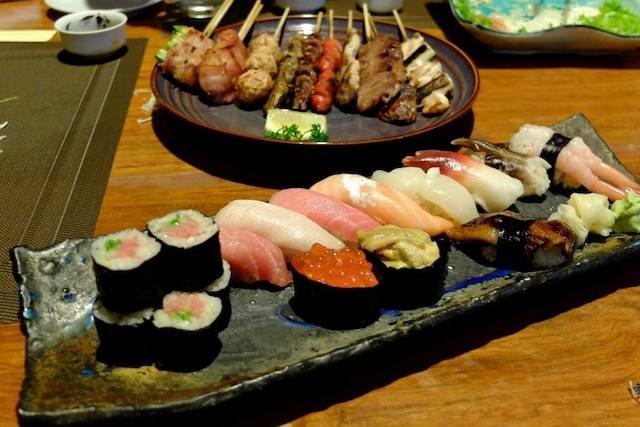 フィリピンで食べられる日本食。皿に盛られた寿司