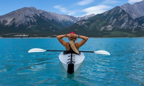 海にのんびり浮かぶカヌー