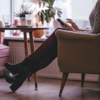カフェでcoffeeを飲む女性