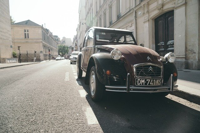 道端にとまる古い車