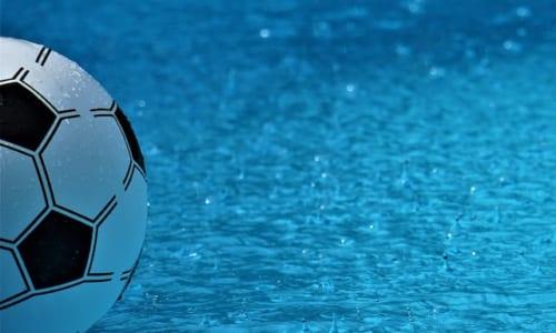 雨のなかのボール
