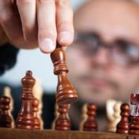 チェスする男性の画像