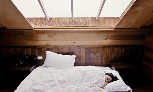 ベッドで寝込んでいる様子
