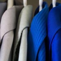 ワードローブにかかる華やかな服